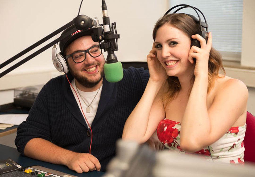 Studenten beim Radio